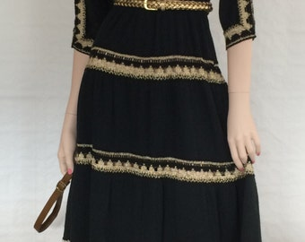 Black dress with gold borders, crochet optics / crepe fabric / vintage / boho chic / Coachella / Festival / 1970s / size: XS