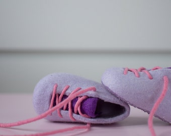 Baby girl soft booties in lilac - Firs shoes for her - Newborn booties in pink - Laced up felted booties for little girl - Soft sole booties