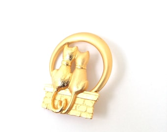 JJ brooch, gold tone metal two cats brooch. Combination of matte and glossy finish