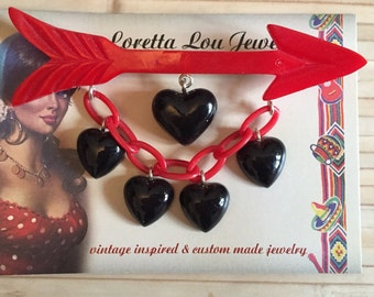 Vintage inspired Valentine arrow brooch with heart pendants, 40s / 50s years style, bakelite / Lucite style