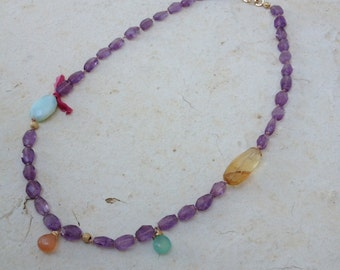 Necklace in goldfilled made with faceted Amethyst, peruvian opal, citrine, aqua chalcedony and moonstone. Knotted silk. 45cm