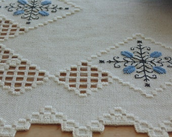 Details of embroidery: tablecloths, placemats, table centerpieces...