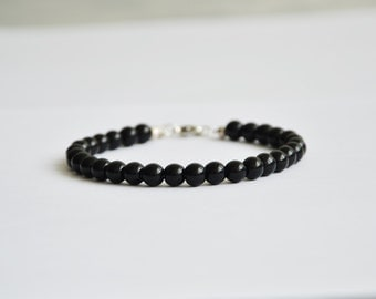 Black onyx bracelet with drop shaped charm. Gems 6mm