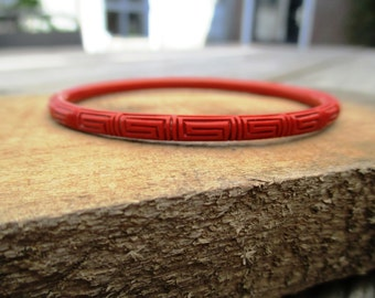 VINTAGE Narrow red plastic vintage bangle bracelet with nice pattern.