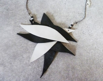 Necklace schedules with petals of ecru and black leather