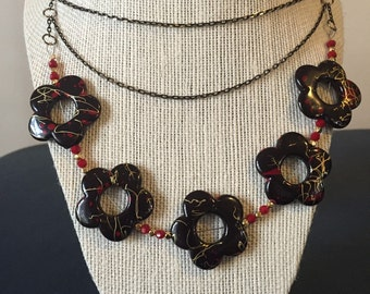 Floral and gunmetal chain necklace.