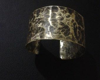 Cuff in bronze textured
