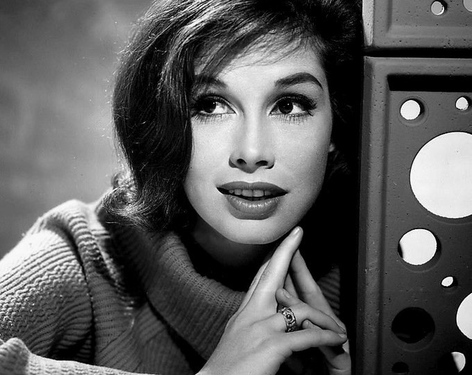 Mary Tyler Moore Legendary Television Actress - 5X7 or 8X10 Publicity Photo (EE-024)