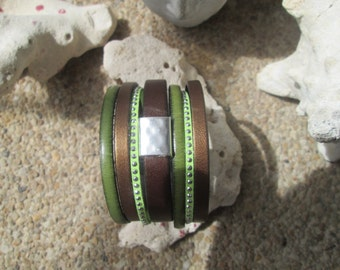 Cuff leather bracelet and its magnetic clasp.