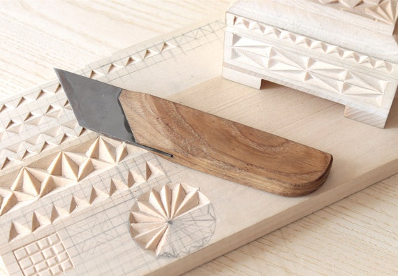 Beveled knife for carving chip