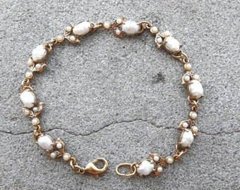 Gold Bracelet with white pearls