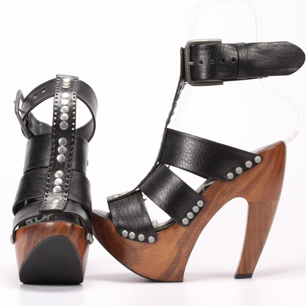 Often one of the most uncomfortable areas of the shoe is in the ball of your foot, especially with high heels. To alleviate some of the discomfort, create padding for the ball of your foot.