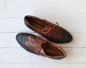 Two-tone Wingtip Oxfords | vintage 1980s oxford shoes | 80s leather tooled leather shoes 8.5