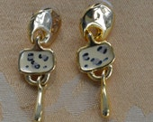Pretty Vintage Animal Print Leopard Dangle Pierced Earrings, Gold tone, New Old Stock (AN5)