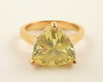 Size 6 Vintage Goldtone Sterling Triangular Cut Glass Peridot Ring