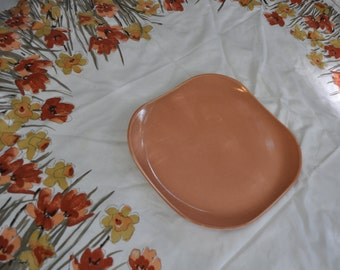 Salmon Pink Russel Wright Chop Plate With MCM Tablecloth/Vintage 1950s/Steubenville Pottery