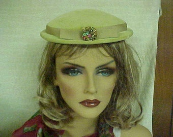 Vintage velvet hat with front deco- color is yellow-green