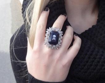 Black Jewel Skull Ring: The Widow