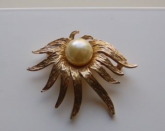 Vintage Unmarked Gold Tone Flower Brooch Pin Pendant Combination with Large Faux Pearl in Center