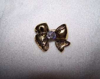 Gold Sparkling Bow Engraved Textured Brooch