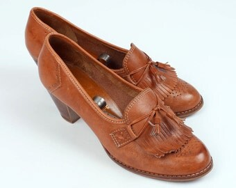 vintage 1970s stacked wood heels • boho leather fringe shoes size 8.5