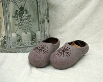 Grey and purple felt slippers with snowflake decors
