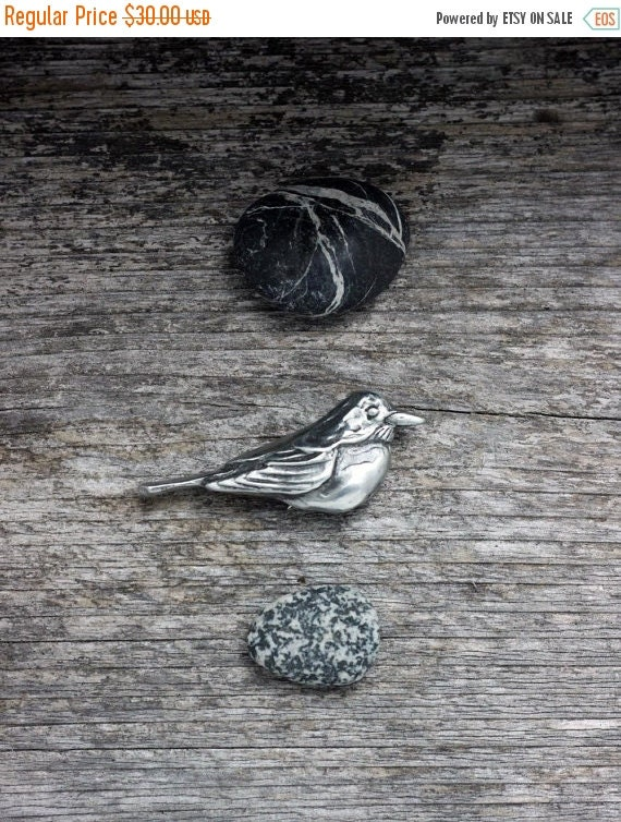 Spring Sale 10% Robin Brooch in silver pewtar