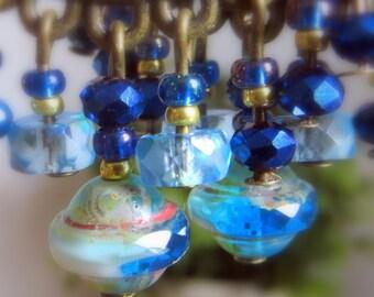 boucles d'oreilles bohémiennes bronze et indigo, perles tchèques toupies irrégulières