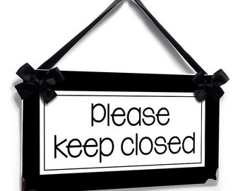 please keep closed door sign - guests bathroom / house house decor plaque black background - all colors available  - P707