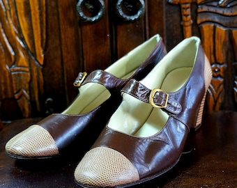 1960s Mary Janes Vintage Italian Spectator Shoes 6.5 A Tan Reptile Brown Calfskin Leather Low Mod Heels Bandino Charles Sumner Boston Italy