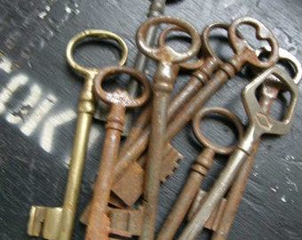 10 vintage door keys, medium size, rusty and full of charactor different sizes