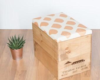 Vin en bois recyclé boîte boîte de rangement pouf / assise / table avec sérigraphié à la main motif de feston doré