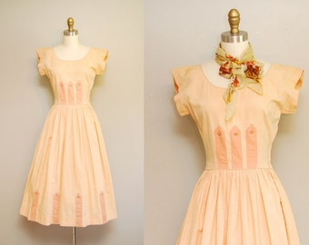 Vintage 1940s Dress / 40s Peachy Cotton Short Sleeve Dress w/ Full Pleated Skirt / Size Small