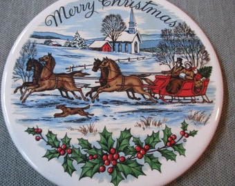 "Hyalyn 6"" Round Tile Trivet, MERRY CHRISTMAS, Old Fashioned Sleigh in Snow (ca. 1960s)"