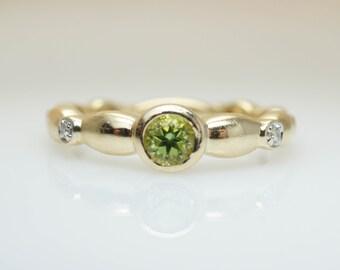 Vintage Diamond & Peridot Ring Dainty Gold Ring Band Vintage Gold Ring Green Gemstone Ring Vintage Birthstone Band