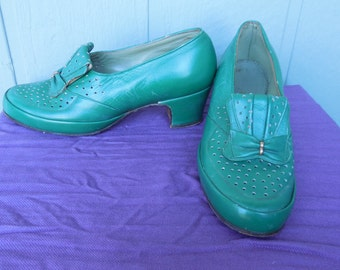 1930's Kelly Green Leather Bow Detail Brogue Rounded Toe Cuban Heels - size US 8