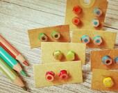 Orecchini a bottone con matite colorate vari colori