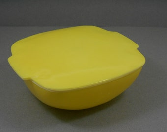 Pyrex Square Hostess Bowl with Lid, Pyrex Primary Yellow Covered Casserole Dish, Retro Mid Century Classic Modern Style Pyrex