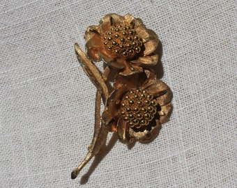 Two-daisy gold brooch or lapel pin