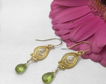 La vie est belle! Chandelier Peridot Earrings
