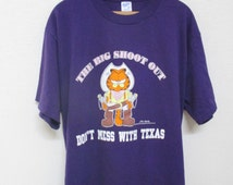 Vtg. DON'T MESS WITH Texas Garfield Big Shoot Out 80s Purple T-Shirt / Size xL