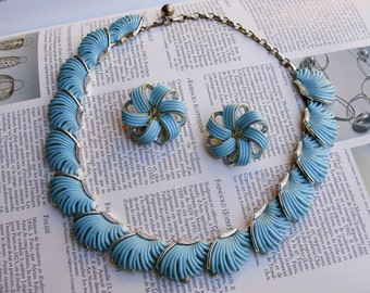 Vintage Signed LISNER 2 Piece Turquoise Thermoset Feathered Piece Necklace Clip Back Earrings