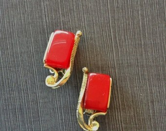 Red Thermoset Moonglow Gold Tone Clip on Earrings