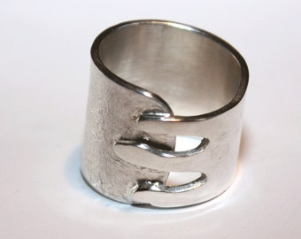 Silver ring Fingers