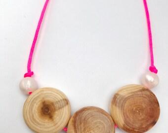 Nursing necklace/teething necklace: aromatic juniper discs (neon pink/pearl) breastfeeding necklace, nursing necklace, teething jewellery