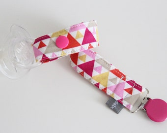 Pacifier clip - snap - enamel clip - triangles - pink - yellow - cotton fabric - baby - baby girl - baby gift - baby shower - dummy