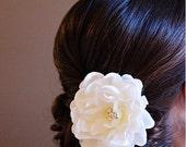 Bridal Flower Hair clip, White Magnolia Hair Flower Clip, Antique White flower, Bridal Headpiece, Bridal Hair Clip, Wedding Hair Flower clip