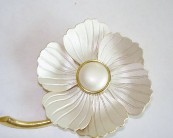 Flower Jewelry Brooch White Tone.
