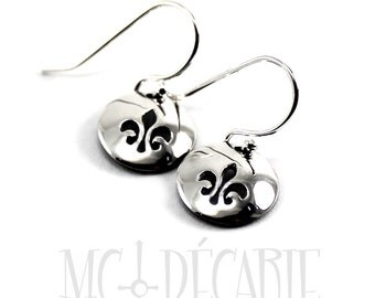 Fleur de lys Round disc earrings , you can personalize them with initials, small text or symbol. These have a fleur de lys stamped, silver