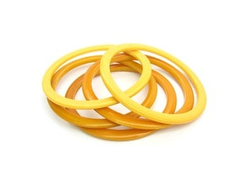 Bakelite Bracelets. Creamed Corn & Butterscotch Bangles. Stacking, Spacers. Set of 5. Vintage 1940s Retro Jewelry.